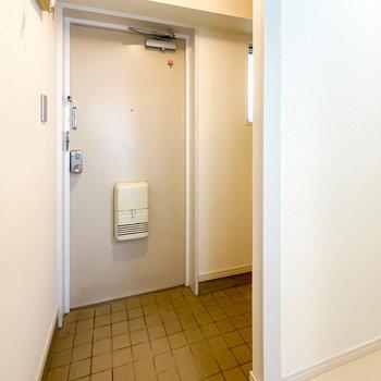 玄関も広めで、靴箱は右奥に。
