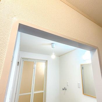 脱衣所はドアがありませんがカーテンで仕切ることが可能。ポツンとした照明が可愛らしい。