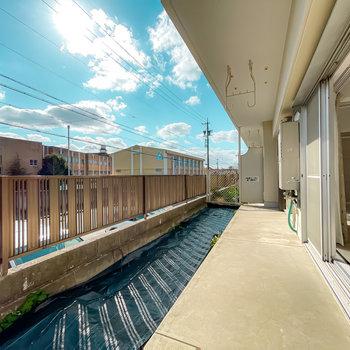 窓の外は広々とした専用庭!日当たりも良く、ガーデニングもできちゃいます。
