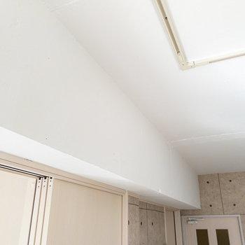 白い壁と梁は、よく見るとクロスではなく塗装であることが分かります。本格的な質感にワクワク。