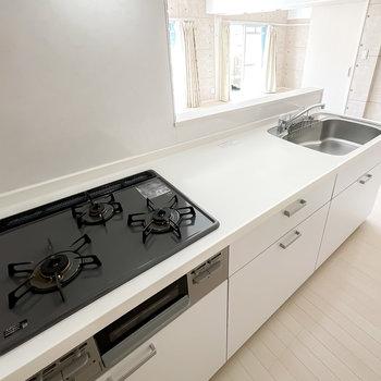 調理スペースがたっぷりと用意された、グリル付き3口コンロのキッチンです。