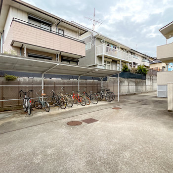 敷地内には屋根付きの駐輪場が2箇所あります。