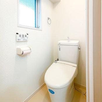 トイレはウォシュレット付きに。窓があって換気もしやすくなっています。