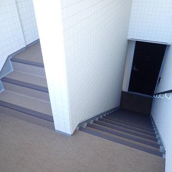 共用部】階段でお部屋へ。