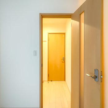 その他の水回りは玄関に出て、さらに奥のドアの向こうに。