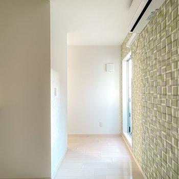 窓はアクセントクロスの壁の奥に。左にも空間が続いていますが、それは後ほど。