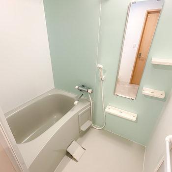 ミントグリーンの可愛らしいバスルームは浴室乾燥機付き。雨の日の洗濯物も安心ですね。