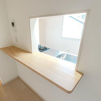 対面式のカウンター。一人暮らしならここをテーブルとして使っても◎