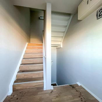 お部屋は2階でアクセスは階段のみ。家具の搬入時は念入りに採寸を。