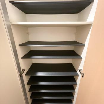 中は1段に3足ほど入る大きさ。天井近くまで高さもあります。
