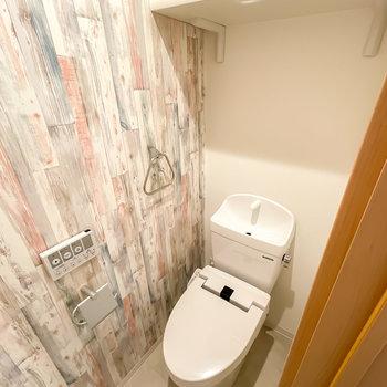 ウォシュレット付きのトイレは様々な木目を合わせたような壁が可愛らしいんです。