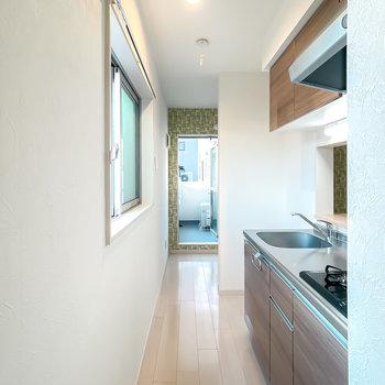 なんとキッチンスペースへ繋がっています。奥にはLDKから見えた窓が。