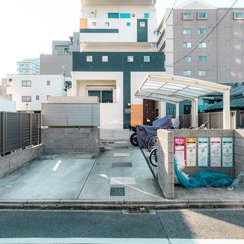 エントランス前には駐輪場に駐車場、ゴミステーションがギュッと凝縮されています。