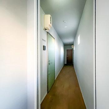 玄関前の共用部は室内空間。お部屋と同じでとっても綺麗な内装です。(※フラッシュ撮影しています)