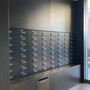 きちんとロックがかかったメールボックス。