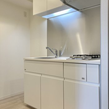 白くまとまった、清潔感のあるキッチンです。