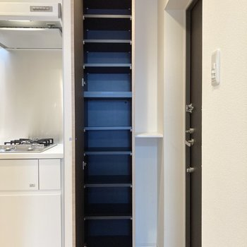 シューズボックスは天井まで伸びています。棚は可動式なのでお好みで高さを変えられますよ。