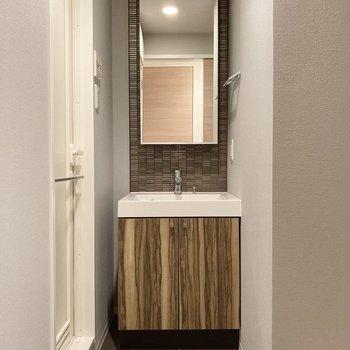 サニタリールームにはデザイン性のあるオシャレな洗面台。