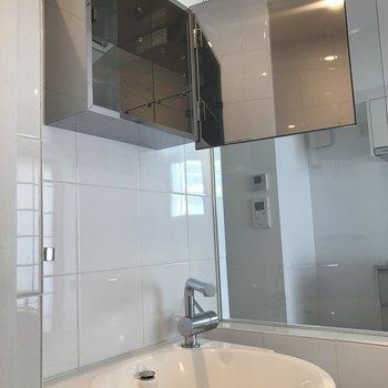 鏡はパカっと収納に! ※写真は8階の同間取り別部屋のものです