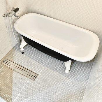 猫足のかわいいバスタブ。泡風呂に入りたいなぁ。