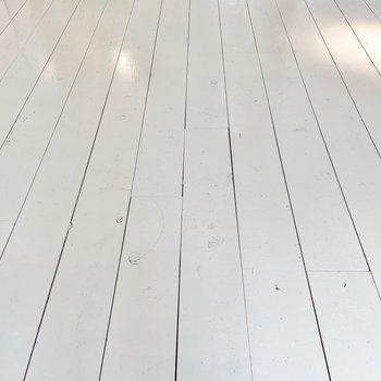白く塗装されたパイン材が使用されています。