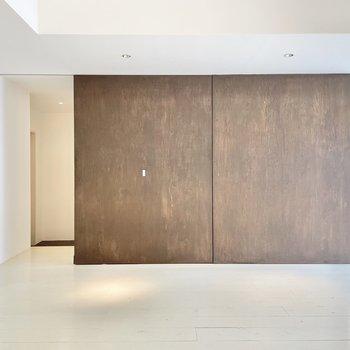 このダークブラウンの木製の壁は実は...
