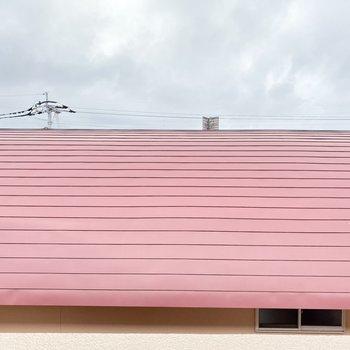 正面は建物の屋根。空も見えます。人目は気になりませんよ。