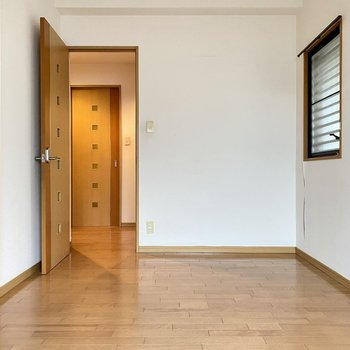 ダブルベッドを置いて寝室にもいいですね。廊下の正面の扉は・・・