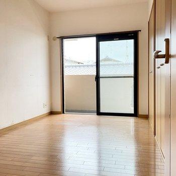 玄関横の洋室は6.1帖。こちらもバルコニーに繋がっています。