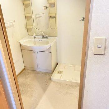脱衣所でした!何人か同時に入ることもできます。洗面台もありますよ。