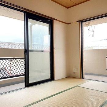 二面窓で風もとおりますよ~!どちらの窓からもバルコニーに行けます。