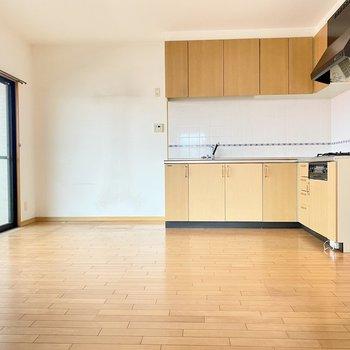 リビングの主役はL字型のキッチン。横に冷蔵庫やキッチン家電が置けます。