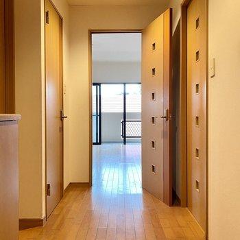 玄関入って、廊下から広々。正面がリビングです。