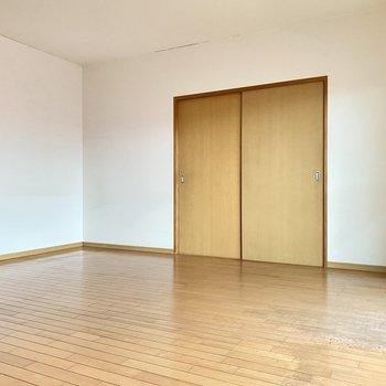 ダイニングテーブルをゆったり置いたりソファーダイニングでも◎引き戸を開けると・・・