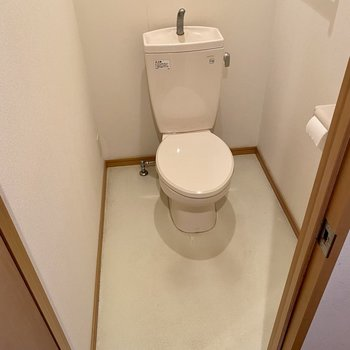 トイレもしっかりスペース。コンセントがあるのでウォシュレットも設置できます。