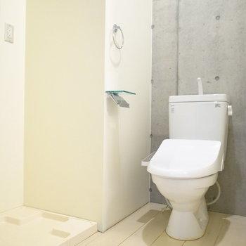 お風呂を出て目の前に洗濯パン、右手にトイレがあります。(※写真は4階の同間取り別部屋のものです)