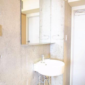 洗面台は玄関脇に。(※写真は4階の同間取り別部屋のものです)