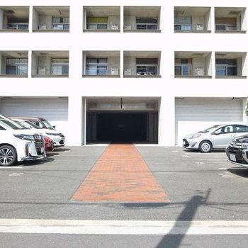 【共用部】駐車場はアプローチの両脇です。