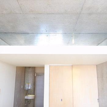 天井には鏡が。日光を反射して、部屋がより明るくなります。(※写真は4階の同間取り別部屋のものです)