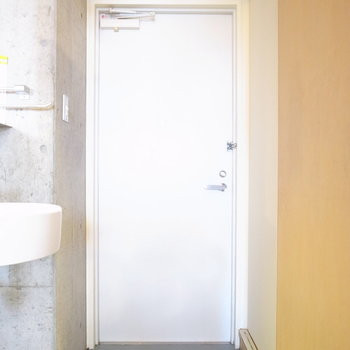コンパクトな玄関。シューズボックスはご用意くださいませ。(※写真は4階の同間取り別部屋のものです)