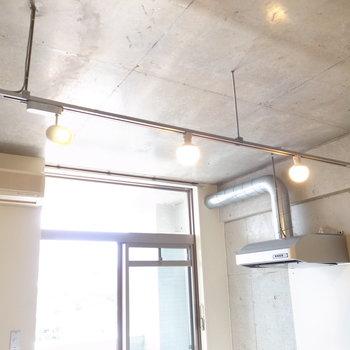 照明のダクトレールも埋め込みではありません!インダストリアルだ〜!(※写真は4階の同間取り別部屋のものです)
