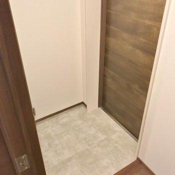 玄関はフラットなので家具の搬入もしやすいですね。(※写真は1階の同間取り別部屋のものです)