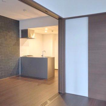 引き戸を開けて広いワンルームとして使うのもいいかも。(※写真は1階の同間取り別部屋のものです)