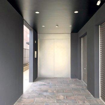 正面の重厚な扉が入り口。まるで隠し通路のようです。