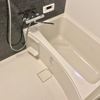 お風呂には浴室乾燥機も付いていますよ。(※写真は1階の同間取り別部屋のものです)
