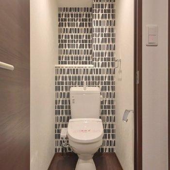トイレは玄関入ってすぐのところ。ここのクロスもまたおしゃれです。(※写真は1階の同間取り別部屋のものです)