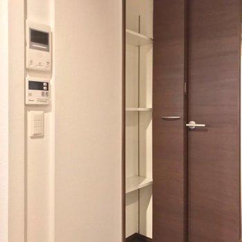 廊下と居室の間にはこんな収納も。可動棚なので多用途に使えます。(※写真は1階の同間取り別部屋のものです)