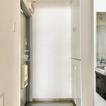 玄関はふつうサイズ。照明がダウンライトなのもポイント。