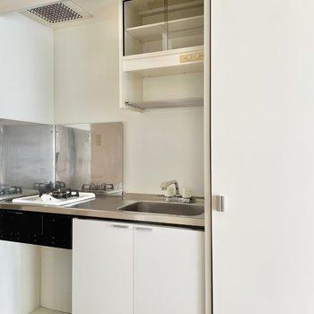 キッチンはシンプル。お部屋に馴染んでいます。