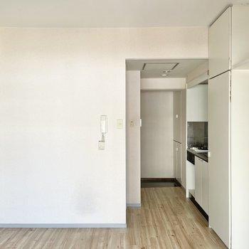 キッチンとの境目は布でゆるく仕切るのがいいかな〜